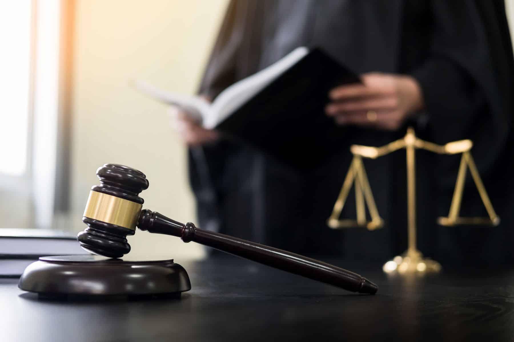 Судья зачитывает решение картинка