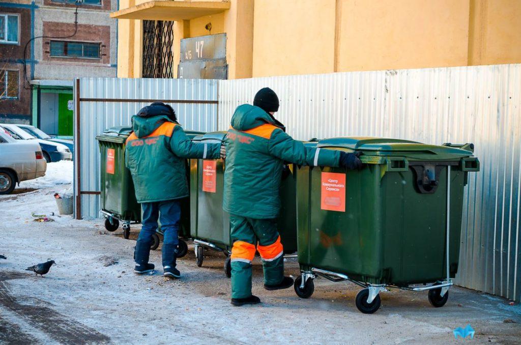 работники по вывозу мусора фото